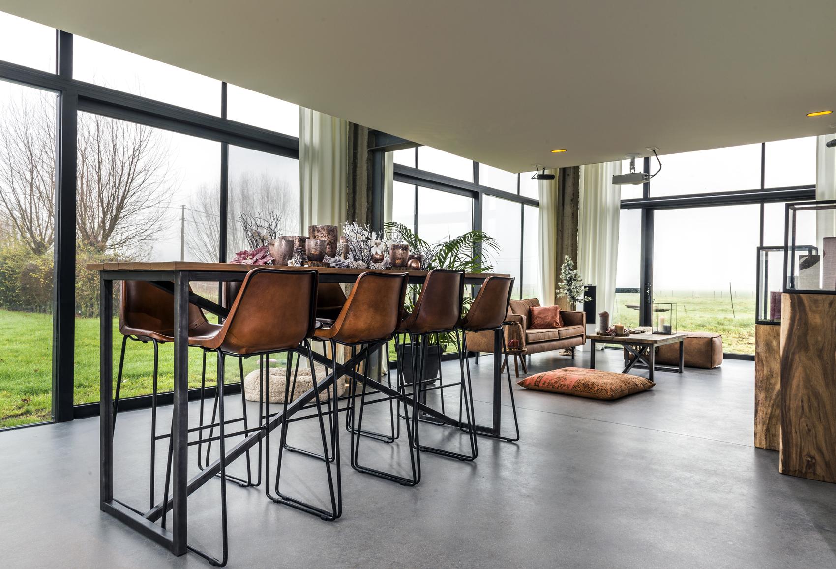 Totaalinrichting van een rustieke barn - Inrichting van een lounge in lengte ...